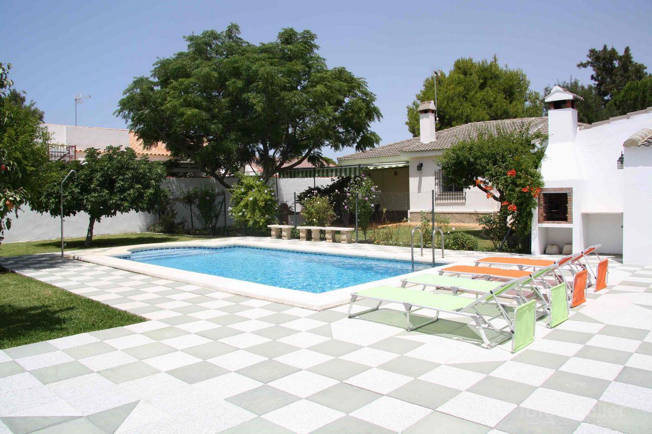 Alquiler de chalet con gran jardín y piscina en la Urbanización Las Mogarizas, Chiclana