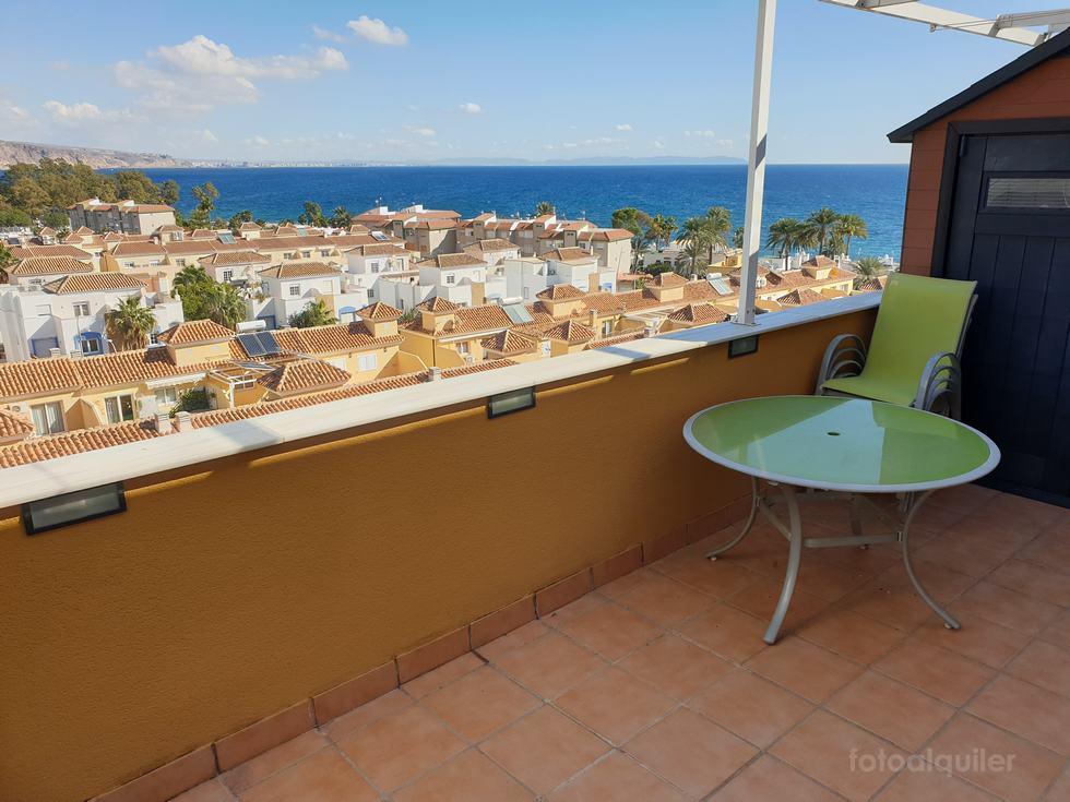 Alquiler de ático en Aguadulce con vistas al mar en Urbanización Torrequebrada