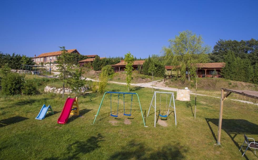 Al Pie del Magnolio, casa rural con jardín y barbacoa en Mozoncillo de Juarros, Burgos