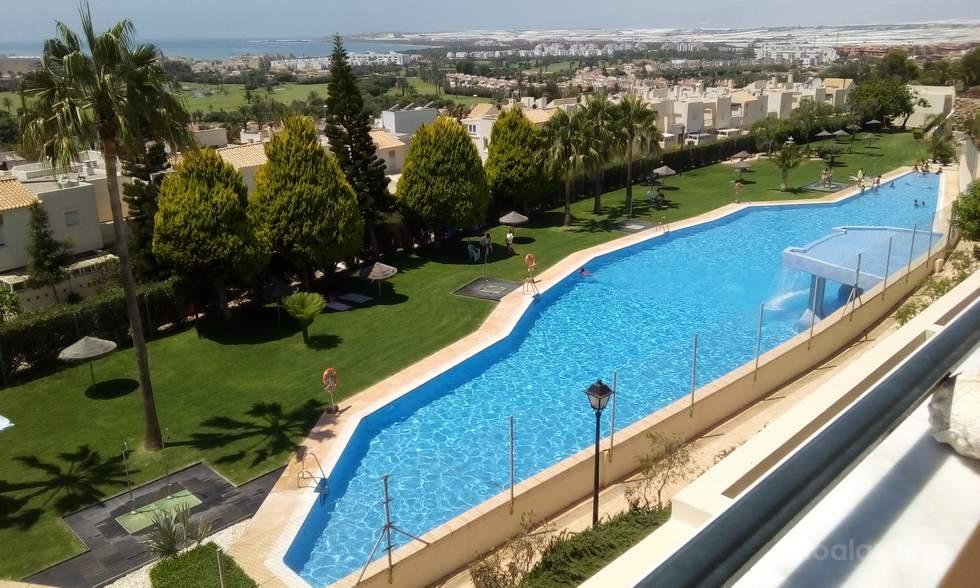 Duplex junto a campo de golf tres dormitorios y piscina en Almerimar.