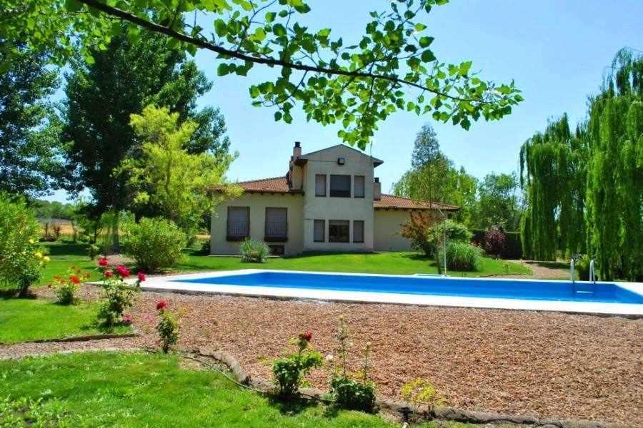 Tura alojamiento rural con jardín y piscina privada en Ayerbe, Huesca