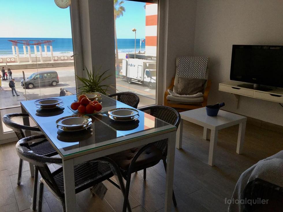 Alquiler de piso en primera línea de la playa Victoria, Cádiz.