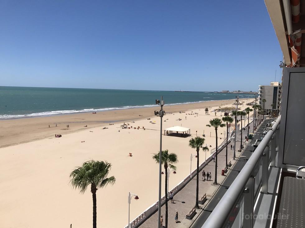 Alquiler apartamento en primera línea playa en Cádiz.