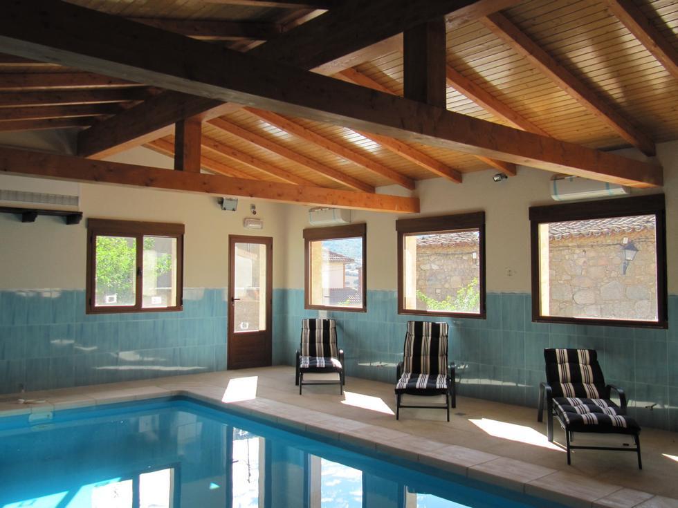 Casa de María, casa rural con piscina cubierta y climatizada, salón de juegos y jardín con barbacoa en Avila, Bonilla de la Sierra