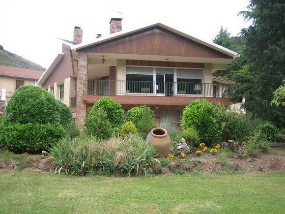 Casa rural Casa Marroquín para 12 personas en Pradoluengo, Burgos. Casa con pista de frontón.