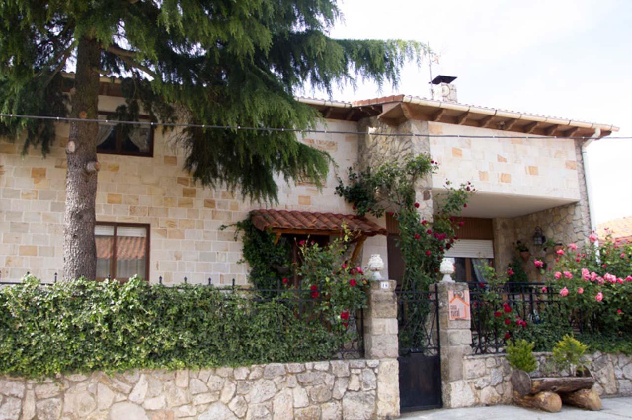 Casa Rural el Cedro en Abejar, Comarca de Pinares, Soria. Alojamiento para 19 personas con jardín y barbacoa.