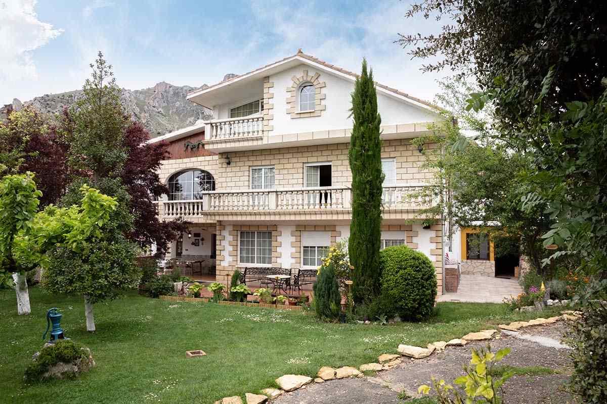 Casa Rural El Ferial con 8 dormitorios para 16 personas en Burgos. Casa con frontón y cama elástica.