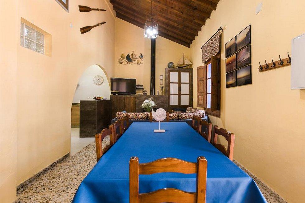 Casa Cuartel El Delfín, casa en primera línea de playa en Nerja, Málaga