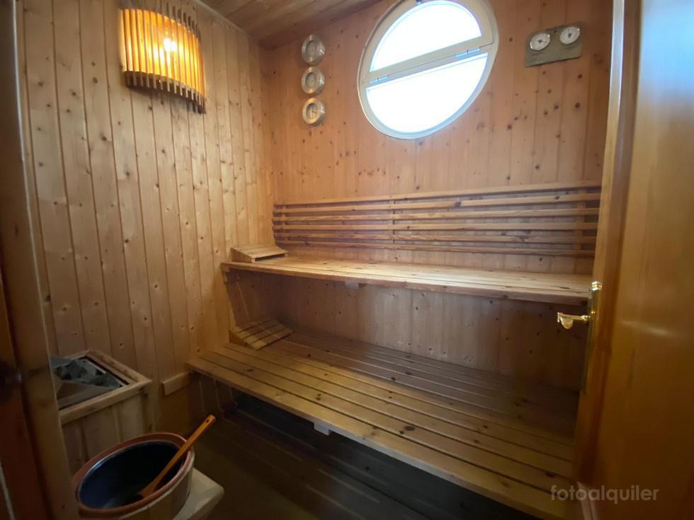 Chalet con piscina y sauna privada en Chiclana, urbanización Hozanejos