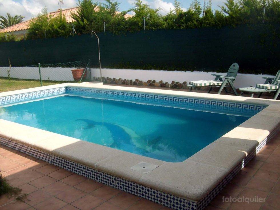 Alquiler de chalet con piscina privada en la urbanización Los Gallos, Chiclana