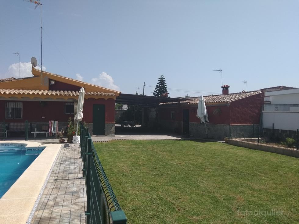 Chalet 3 dormitorios y piscina en la urbanización Los Gallos, Chiclana