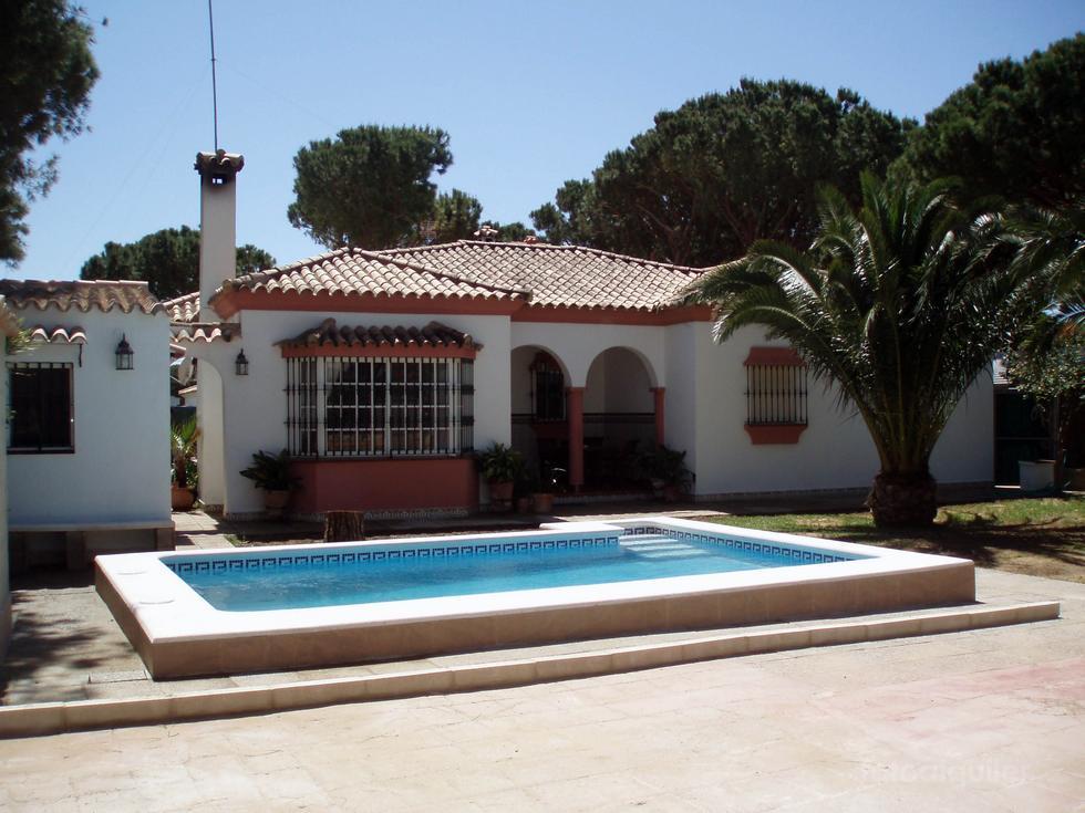 Alquiler de chalet 4 dormitorios en Chiclana, Urbanización Pinar de los Guisos