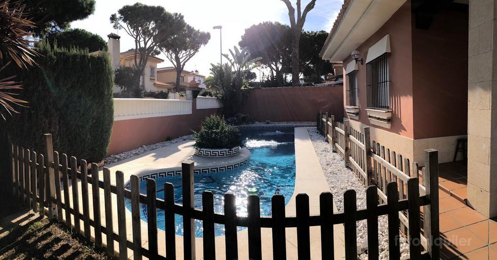 Chalet con piscina y jacuzzi privado en Coto de la Campa, Chiclana