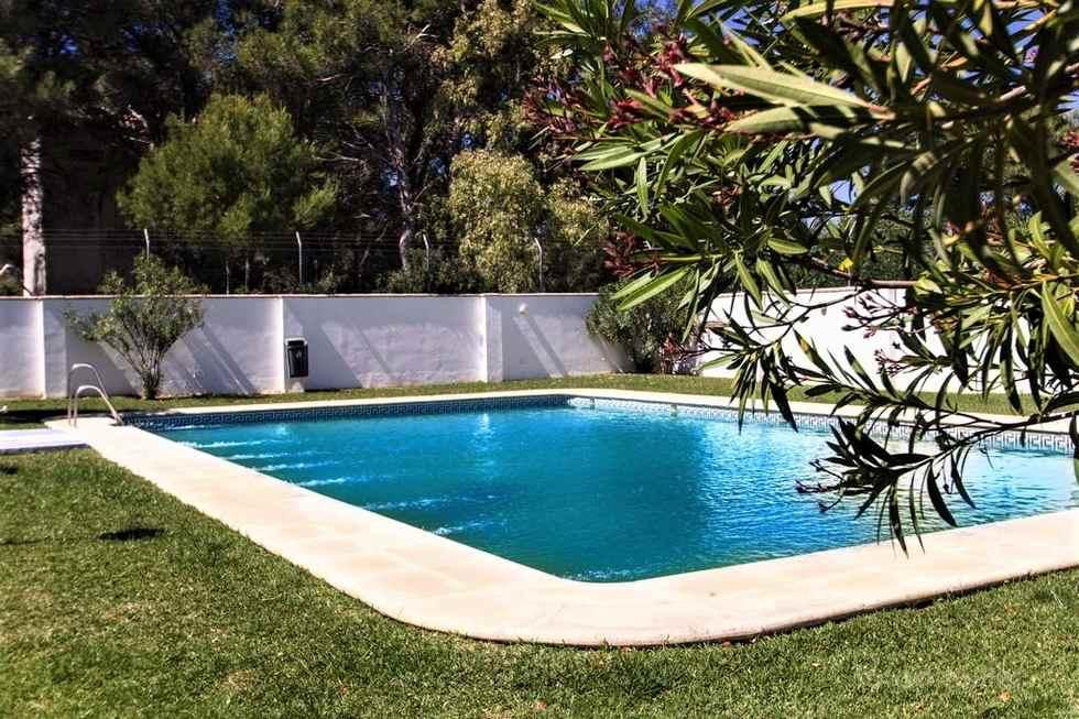 Apartamento dos dormitorios y piscina en Conil, urbanización La Rotonda