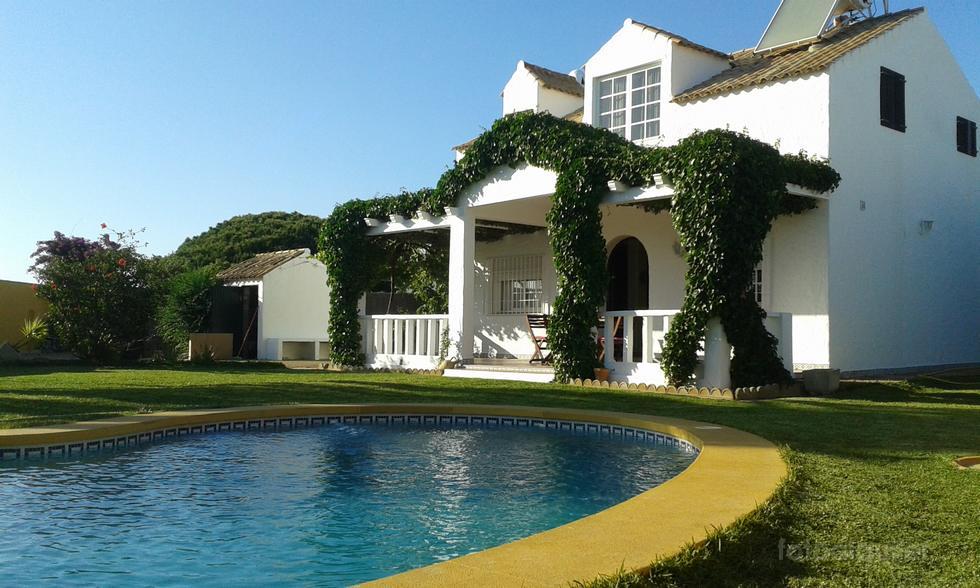 Chalet en Conil con piscina privada y tres dormitorios, alquiler vacacional