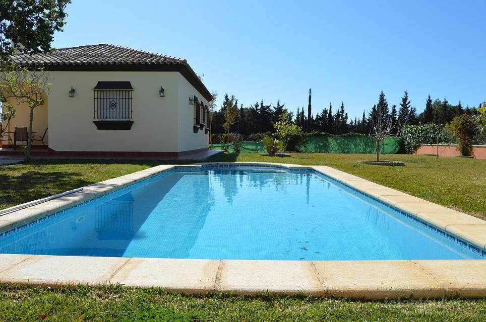 Chalet tres dormitorios con piscina, urbanización Roche Viejo, Conil