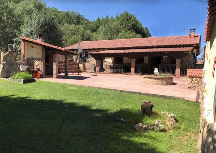 Cortijo de Gredos, casa rural para grupos grandes con piscina y jacuzzi en Navaluenga, Avila