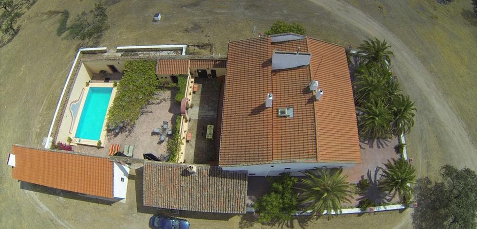 Cortijo con La Gabrielina, casa rural con piscina en Esparragalejo, Badajoz.