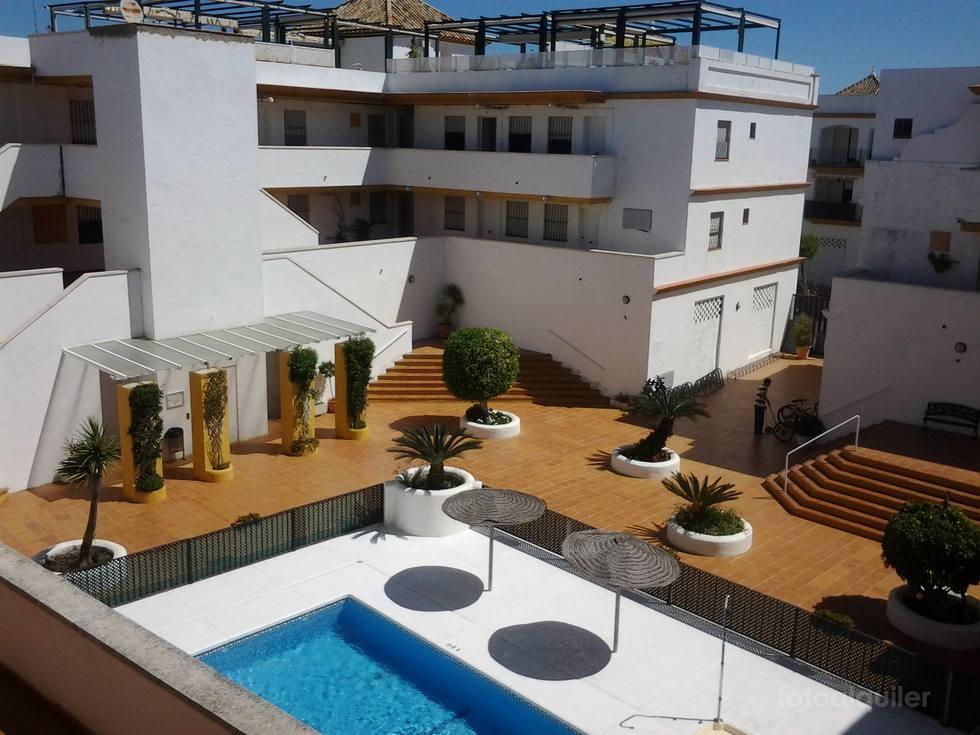 Alquiler de ático en Costa Ballena, tres dormitorios, piscina y golf.