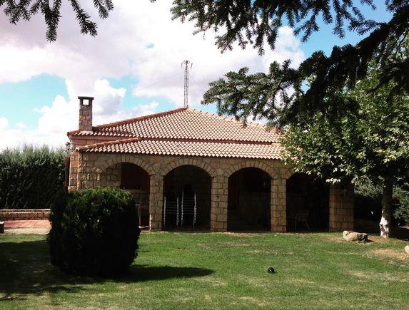 El Cordel, casa rural con jardín y piscina privada para 12 personas en La Serrada, Valle de Amblés, Avila