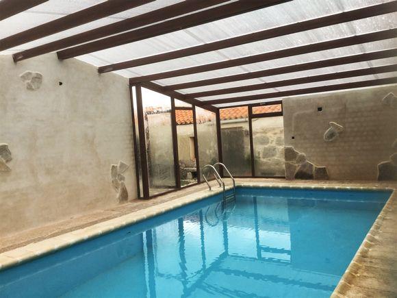 Casa El Reloj, casa rural grande con piscina cubierta y juegos en Avila, Salobralejo