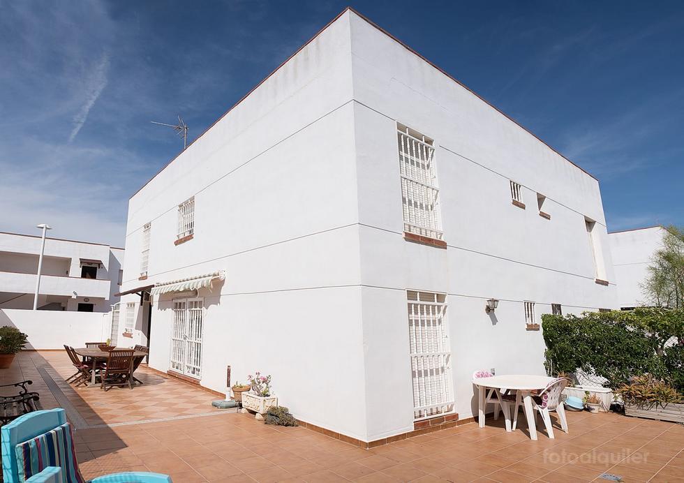 Alquiler de chalet 4 dormitorios con piscina y garaje en El Toyo, Almería.