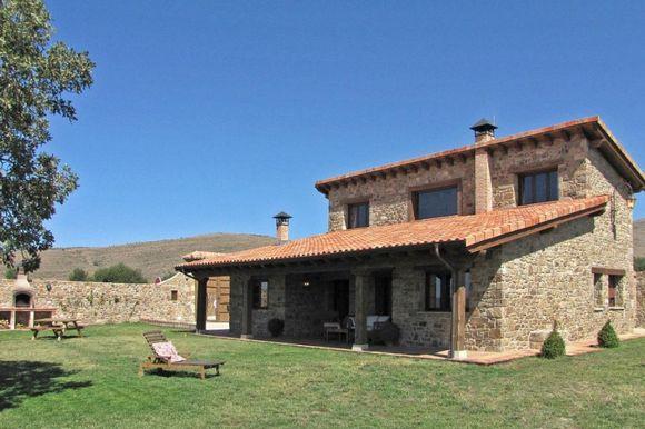 Alquiler de casa rural con jardin y barbacoa en Arevalo de la Sierra, Soria. Casa rural Garagüeta