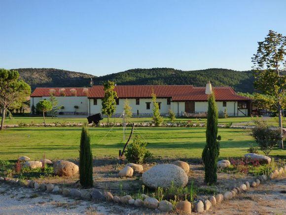 Hotel Rural Bioclimático en Puentedura. Hotel Sabinares del Arlanza con granja y zona infantil.