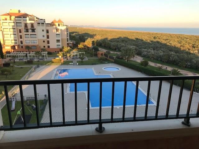 Apartamento con terraza de 30 metros y vistas al mar, urbanización Los Pelicanos, Isla Canela