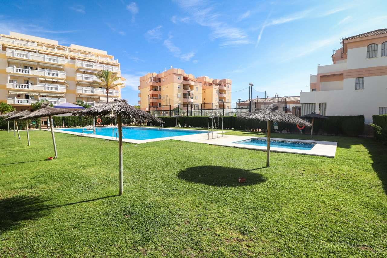 Alquiler de chalet adosado con tres dormitorios en La Antilla, Huelva