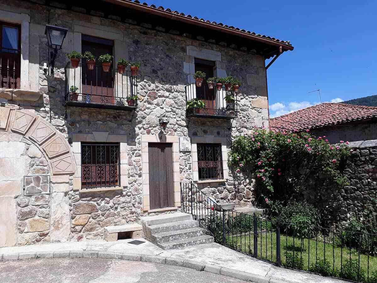 Alquiler de Casa Rural La Casa de Arriba en Molinos de Duero, Soria. Casa rural para 9 personas.