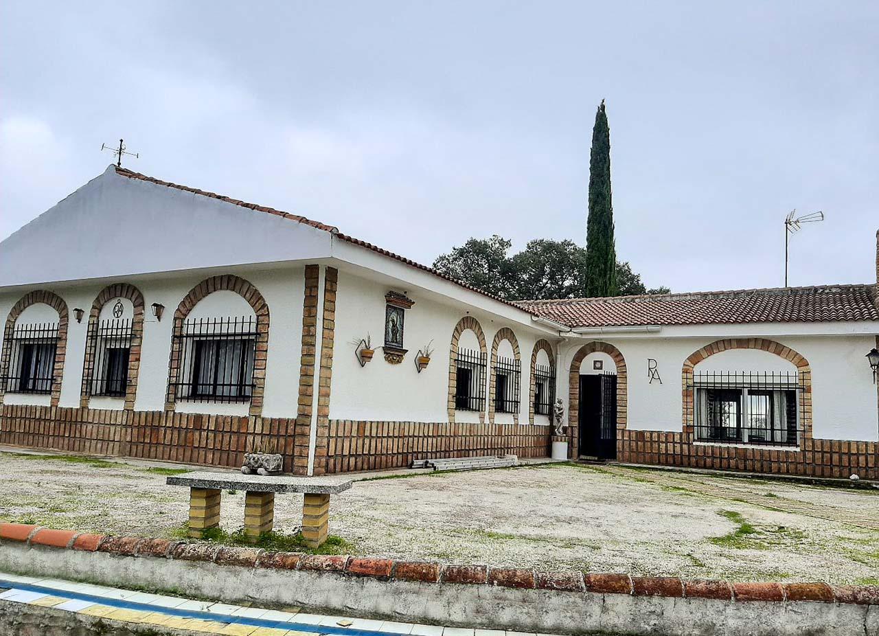 Casa de campo Los Lobosos en Castilblanco de los Arroyos, urbanización Campoamor, Sevilla.