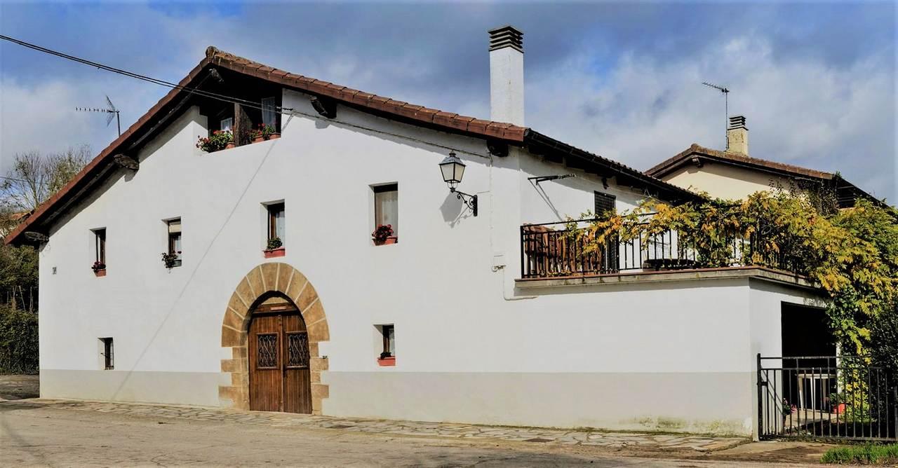 Casa Rural Mikelenea Handi y MikeleneaTxiki, casas rurales en Navarra, en Arruitz, Larraun