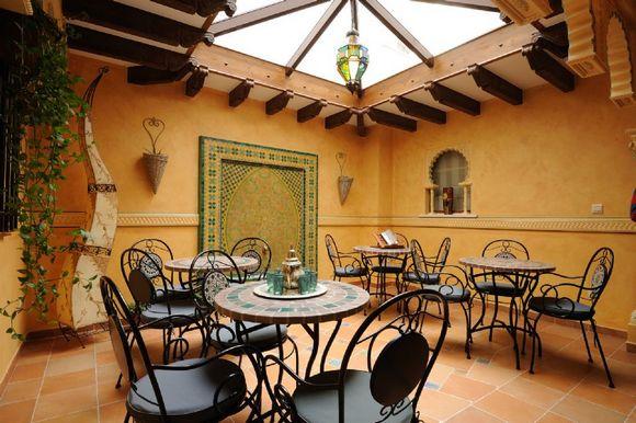 Palacio Yasmin en Covarrubias, Burgos. Casa rural de estilo árabe que se alquila por habitaciones.