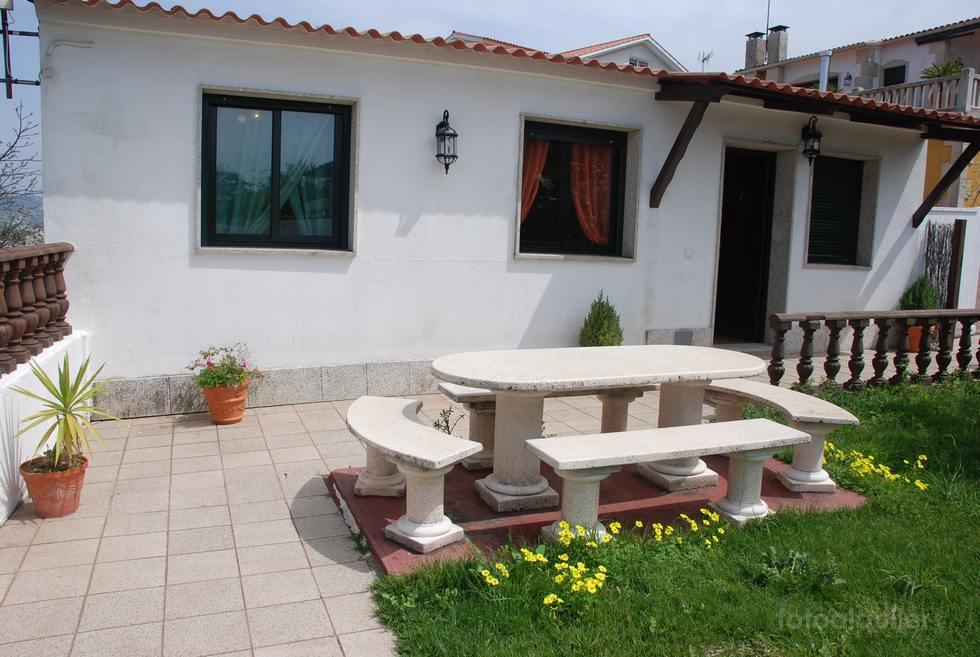 Alquiler de casa vacacional en Ardán con jardín y barbacoa, tres dormitorios.