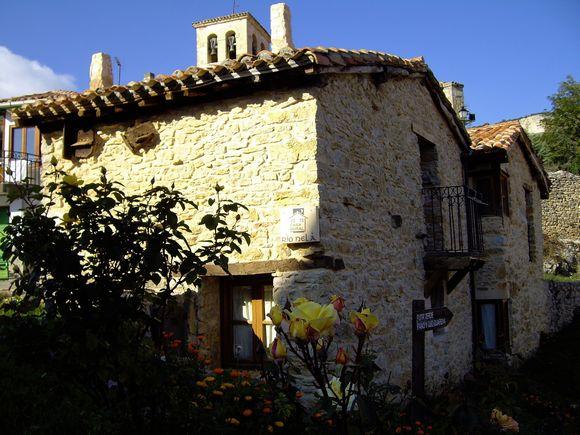 Río Nela, casa rural con jardín y barbacoa sobre el puente natural de piedra en Puentedey, Burgos.