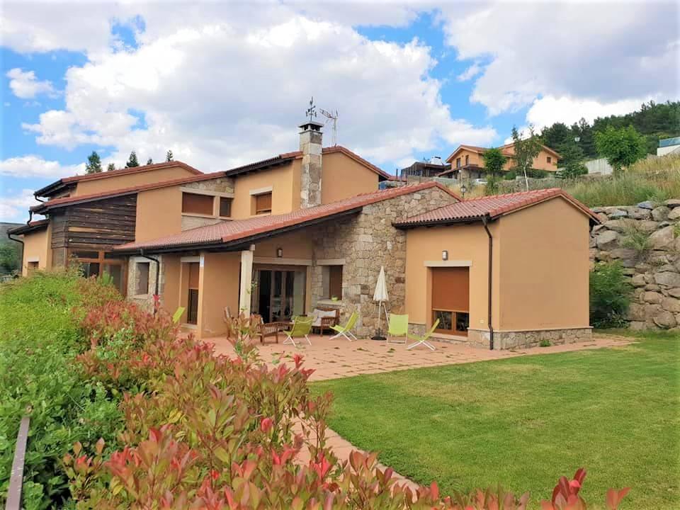 Riscos Amarillos, casa rural con jardín y barbacoa en Gredos, Hoyos del Espino, Avila