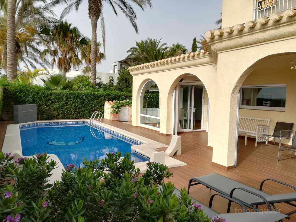 Villa con piscina privada en primera linea de playa en Vera, Almería